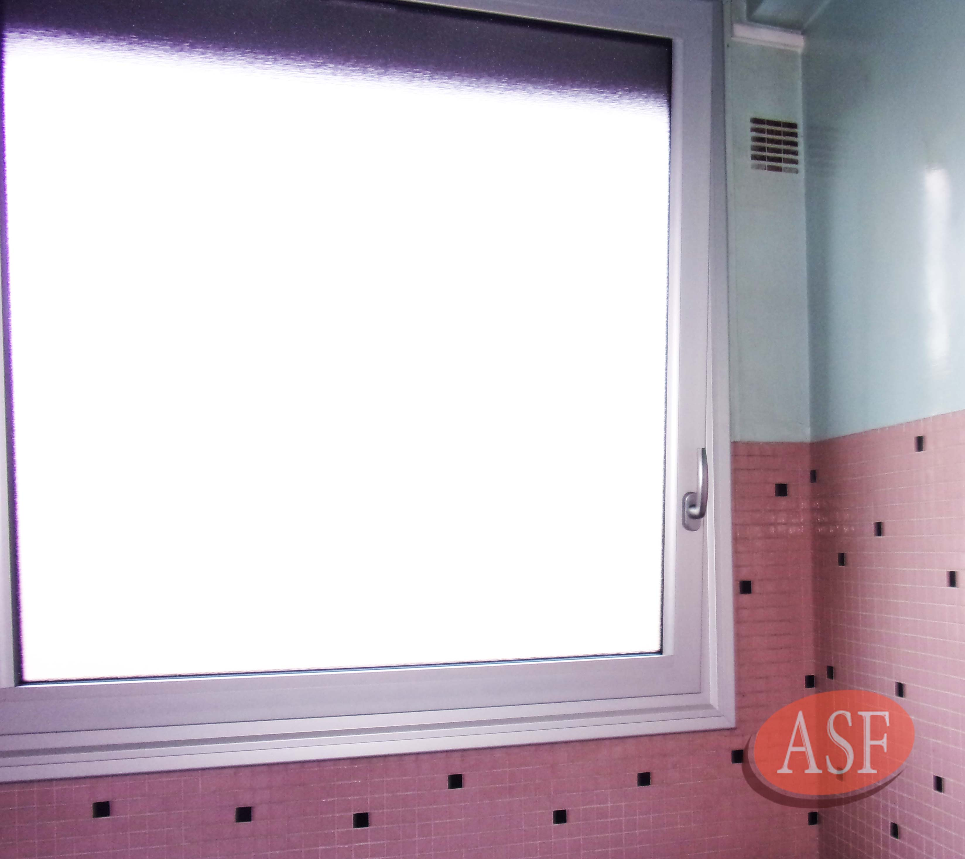 Fenêtre avec ouverture à la française blanche, intérieure.