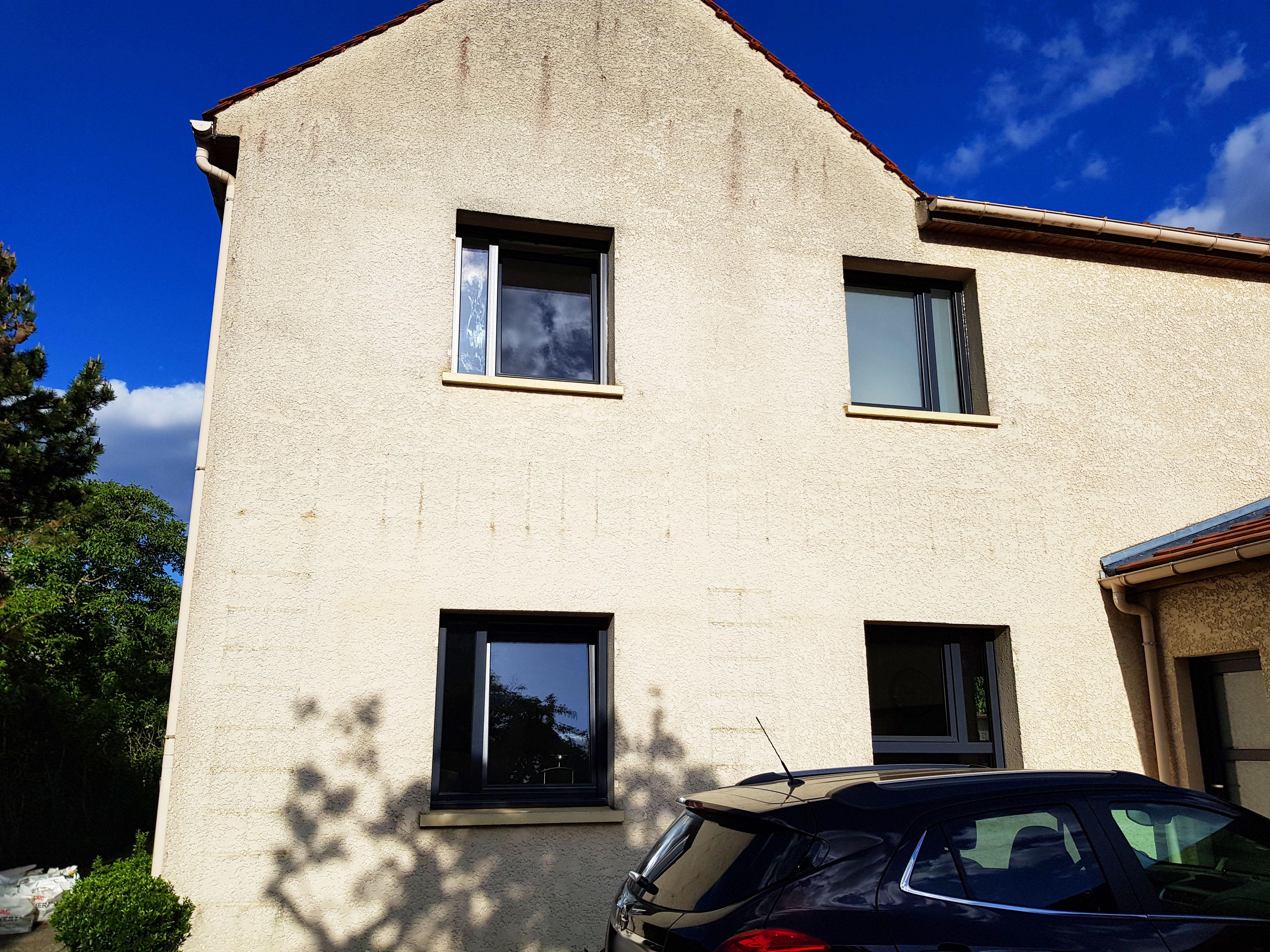 Fenêtres oscillo battant façade maison côté rue