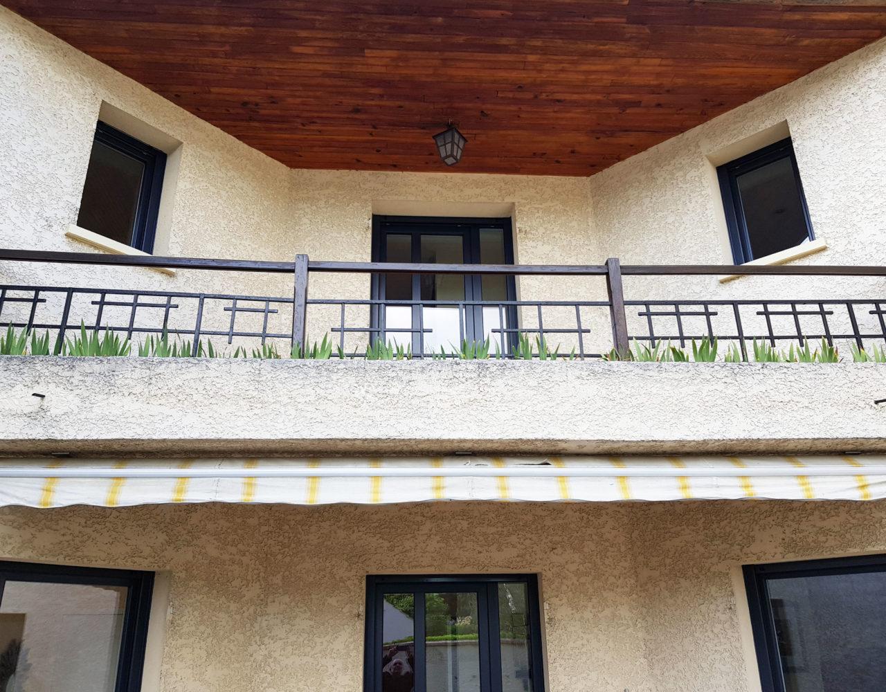 Fenêtre et porte fenêtres ouverture à la française façade extérieure maison