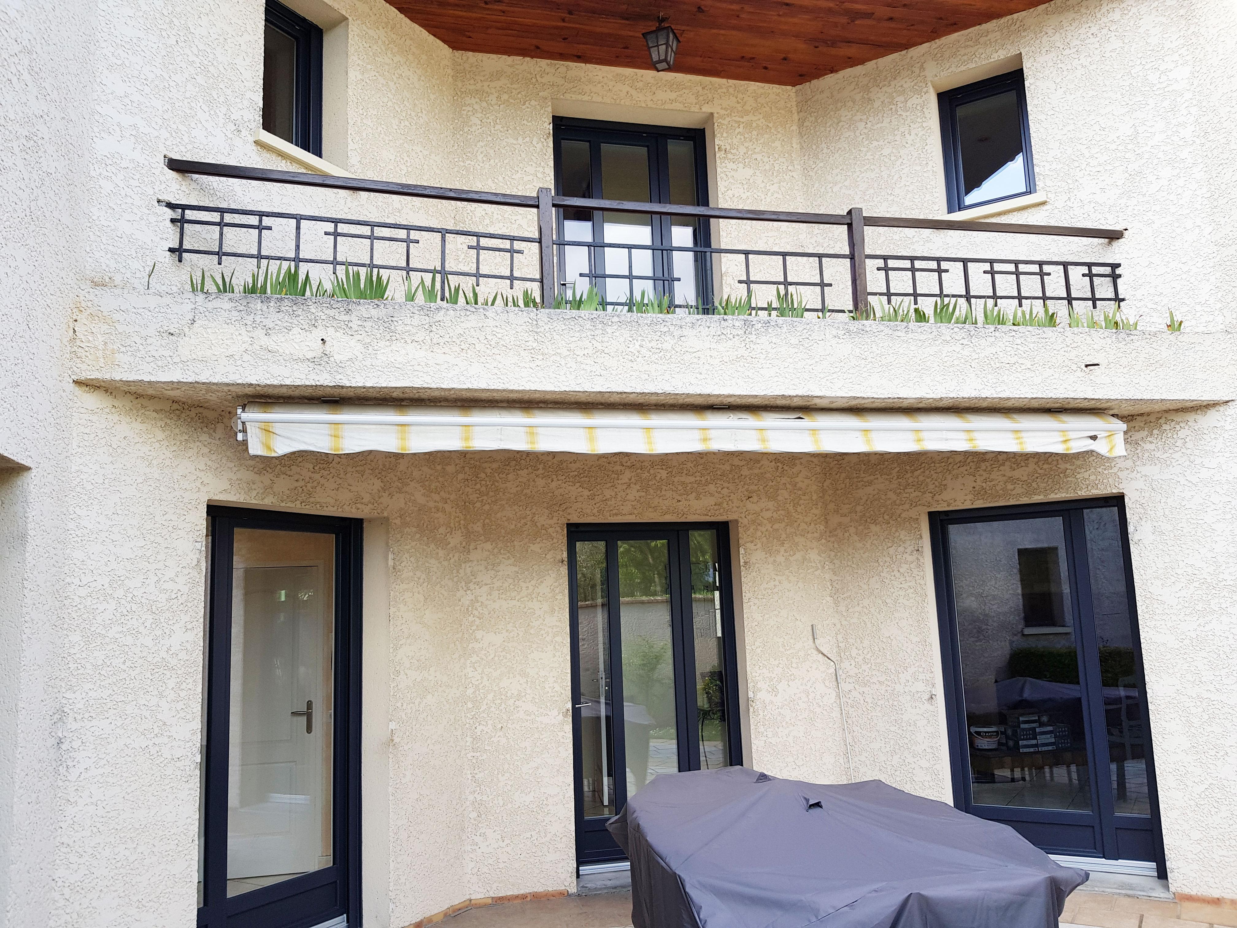 Fenêtre et porte fenêtres ouverture à la française et oscillo battant façade extérieure maison
